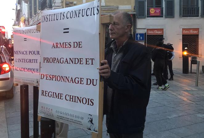"""Manifestation de l'association """"Initiative citoyenne"""" à l'occasion de l'inauguration de l'institut Confucius de Pau le 28 octobre 2019. (Credit: Epoch Times)"""